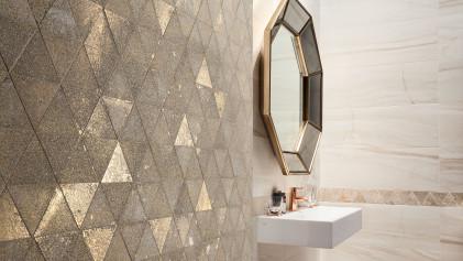Благородное сияние драгоценного металла в декоре интерьера ванной комнаты.